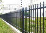 皮卡车撞向中央隔离围栏,隔离围栏损坏约10米