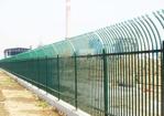 围栏将患者的身体与驾驶座贯穿在了一起