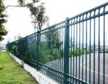 护栏跨过双黄线,轿车司机懵了
