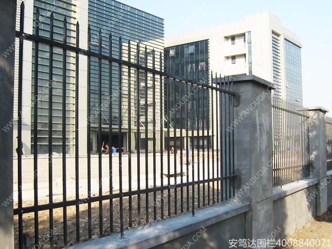 低迷的钢材市场冲击围栏护栏行业